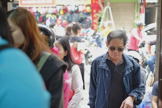 Người Hà Nội xếp hàng cả tiếng chờ mua bánh chưng, giò chả tại cửa hàng có tiếng chiều 29 Tết - Ảnh 6.