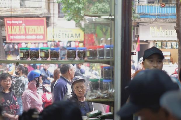 Người Hà Nội xếp hàng cả tiếng chờ mua bánh chưng, giò chả tại cửa hàng có tiếng chiều 29 Tết - Ảnh 7.