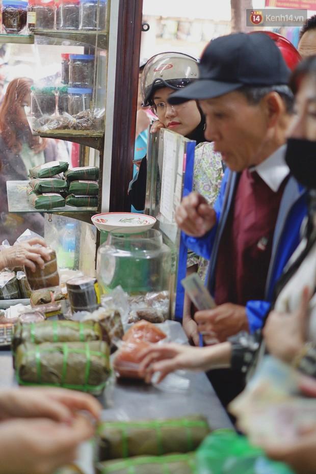 Người Hà Nội xếp hàng cả tiếng chờ mua bánh chưng, giò chả tại cửa hàng có tiếng chiều 29 Tết - Ảnh 8.