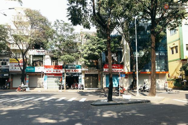 Đây là khoảnh khắc khiến bạn nhận ra Sài Gòn đã chuyển từ đón Tết sang ăn Tết: Quán xá đóng cửa hàng loạt, phố phường bình yên chậm rãi - Ảnh 1.
