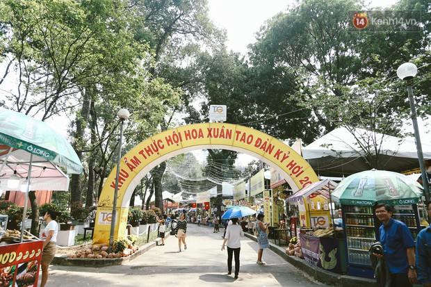 Người Sài Gòn xúng xính áo mới, dạo đường Nguyễn Huệ và hội hoa xuân Tao Đàn chiều 29 Tết Kỷ Hợi - Ảnh 1.