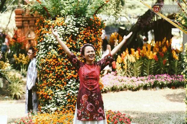 Người Sài Gòn xúng xính áo mới, dạo đường Nguyễn Huệ và hội hoa xuân Tao Đàn chiều 29 Tết Kỷ Hợi - Ảnh 4.