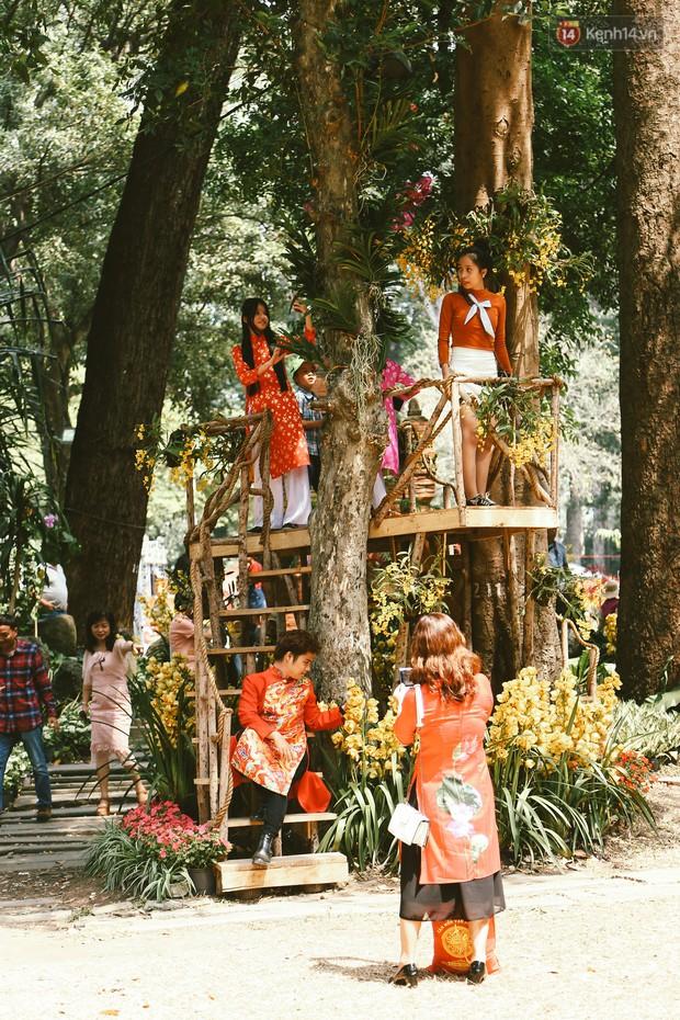 Người Sài Gòn xúng xính áo mới, dạo đường Nguyễn Huệ và hội hoa xuân Tao Đàn chiều 29 Tết Kỷ Hợi - Ảnh 8.