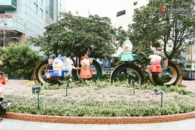 Người Sài Gòn xúng xính áo mới, dạo đường Nguyễn Huệ và hội hoa xuân Tao Đàn chiều 29 Tết Kỷ Hợi - Ảnh 12.