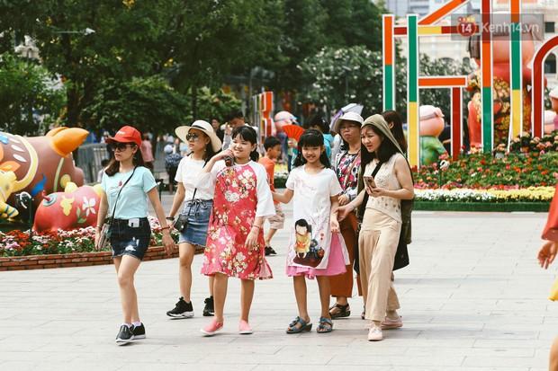 Người Sài Gòn xúng xính áo mới, dạo đường Nguyễn Huệ và hội hoa xuân Tao Đàn chiều 29 Tết Kỷ Hợi - Ảnh 15.