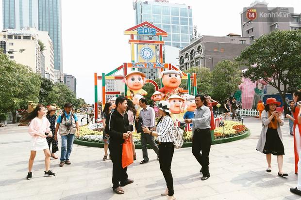 Người Sài Gòn xúng xính áo mới, dạo đường Nguyễn Huệ và hội hoa xuân Tao Đàn chiều 29 Tết Kỷ Hợi - Ảnh 16.
