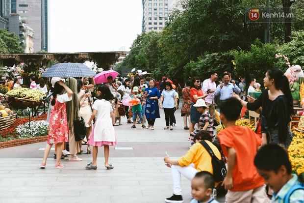 Người Sài Gòn xúng xính áo mới, dạo đường Nguyễn Huệ và hội hoa xuân Tao Đàn chiều 29 Tết Kỷ Hợi - Ảnh 11.