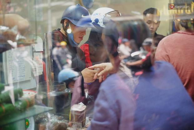 Người Hà Nội xếp hàng cả tiếng chờ mua bánh chưng, giò chả tại cửa hàng có tiếng chiều 29 Tết - Ảnh 10.