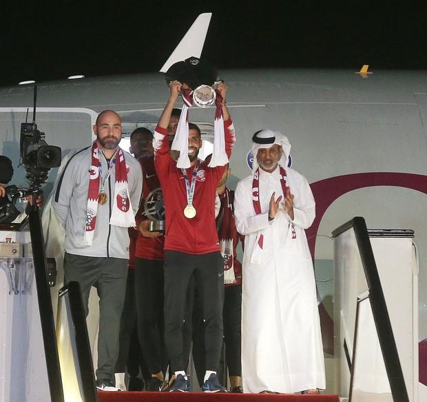 Qatar sáng rực trong đêm, sôi động chưa từng có trong ngày đón những người hùng trở về từ Asian Cup - Ảnh 1.