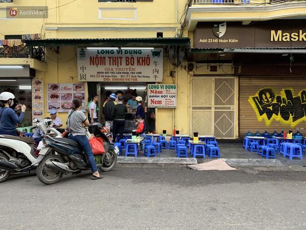 Hà Nội năm nay có quá nhiều hàng quán mở cửa xuyên Tết: Thèm ăn gì cũng có - Ảnh 2.