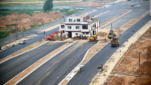 Trung Quốc: Kỳ lạ những ngôi nhà 4 mặt tiền lọt thỏm giữa cao tốc - Ảnh 1.