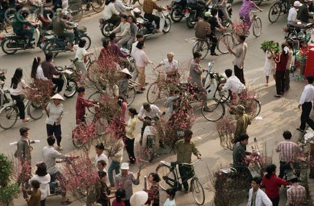 Khám phá Hà Nội ngày Tết những năm 90 qua lăng kính phóng viên nước ngoài - Ảnh 1.