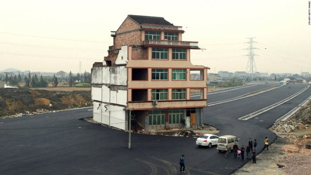 Trung Quốc: Kỳ lạ những ngôi nhà 4 mặt tiền lọt thỏm giữa cao tốc - Ảnh 3.