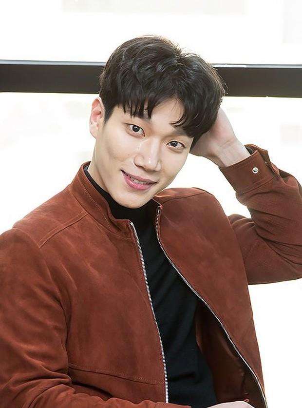 4 nam diễn viên Hàn được kì vọng kế vị Song Joong Ki, Park Bo Gum trong năm 2019 - Ảnh 8.
