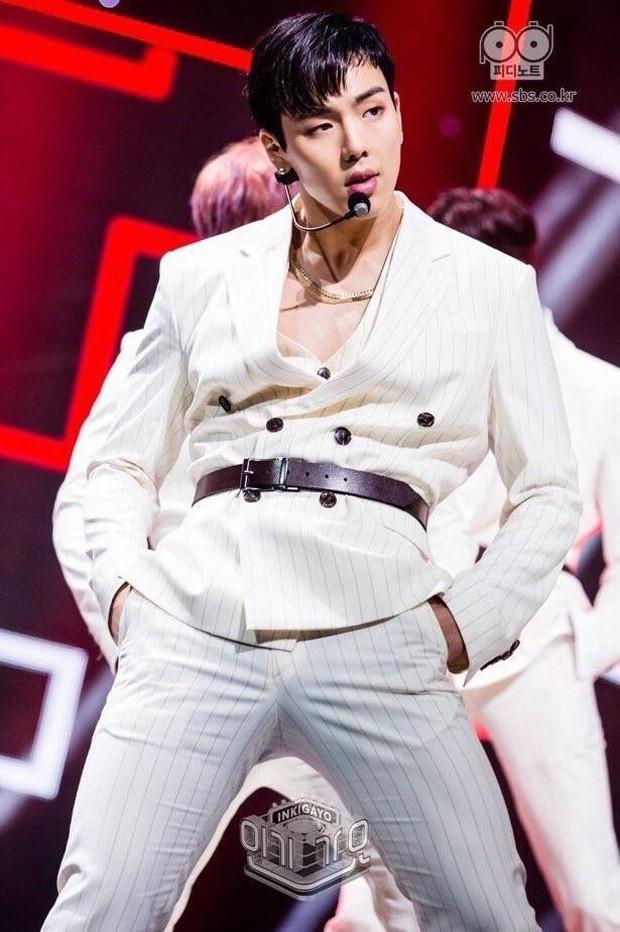 """Quá khứ làm vũ công phụ họa của loạt idol đình đám: Anh em BTS nhảy phụ cho đàn anh cùng nhà, Kang Daniel diễn cảnh tình tứ với mỹ nhân """"bốc lửa"""" - Ảnh 26."""