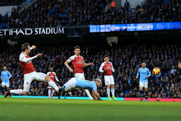 Bạn thân của Messi ghi cả 3 bàn, đương kim vô địch Ngoại hạng Anh đánh bại Arsenal, gián tiếp giúp MU cải thiện vị trí - Ảnh 2.
