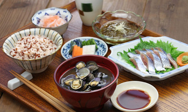 Con gái Nhật ngày Tết chẳng cần ăn kiêng mà dáng vẫn đẹp là nhờ duy trì những nguyên tắc ăn uống sau - Ảnh 1.