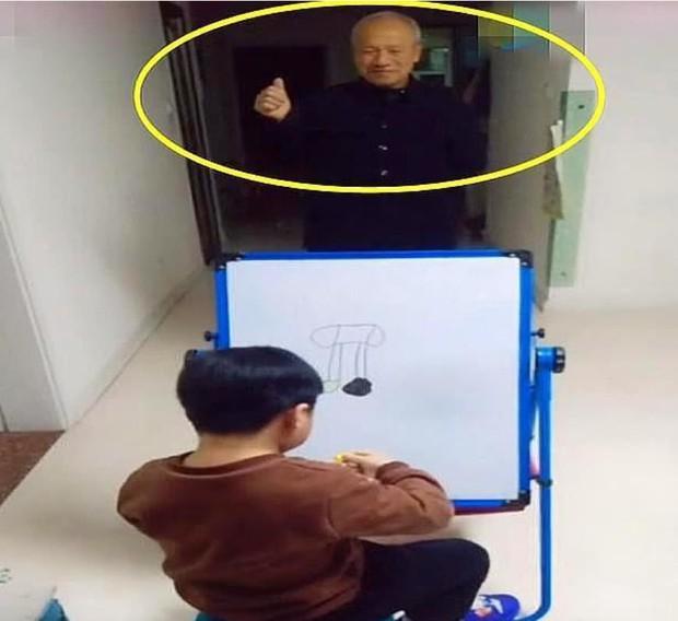 Chuyện nhỏ dễ thương ngày đầu năm: Người ông đứng cả ngày làm mẫu cho cháu vẽ, kết quả nhận được lại chẳng giống ông - Ảnh 1.