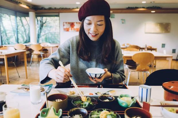 Con gái Nhật ngày Tết chẳng cần ăn kiêng mà dáng vẫn đẹp là nhờ duy trì những nguyên tắc ăn uống sau - Ảnh 2.