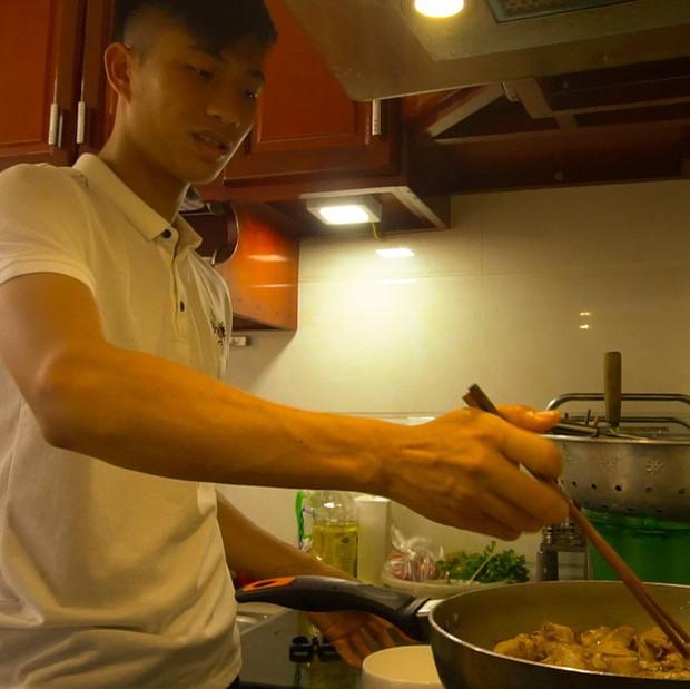 Ngày 30 Tết, tuyển thủ Việt Nam người chăm chỉ dọn nhà, người vào bếp trổ tài nấu nướng - Ảnh 1.