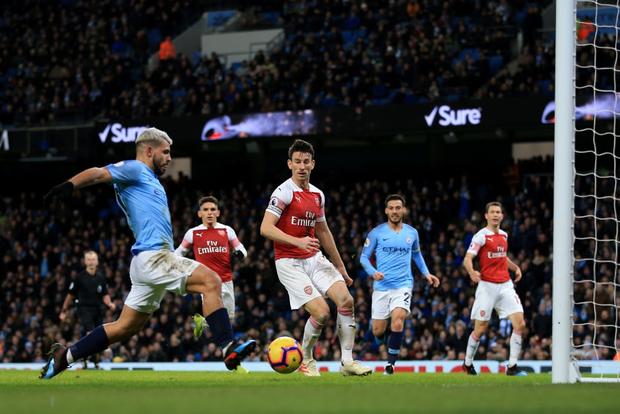 Bạn thân của Messi ghi cả 3 bàn, đương kim vô địch Ngoại hạng Anh đánh bại Arsenal, gián tiếp giúp MU cải thiện vị trí - Ảnh 3.