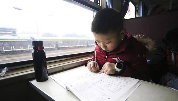 Trung Quốc: Trên chuyến tàu cuối cùng về quê ăn Tết, học sinh vẫn miệt mài làm bài tập Tết - Ảnh 1.