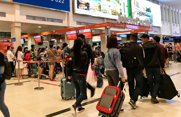 Sân bay Tân Sơn Nhất vắng lạ thường sáng 30 Tết  - Ảnh 3.