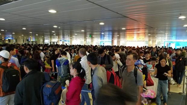 Sân bay Tân Sơn Nhất vắng lạ thường sáng 30 Tết  - Ảnh 6.