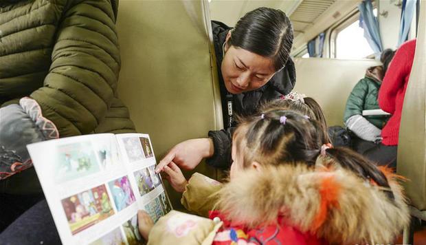 Trung Quốc: Trên chuyến tàu cuối cùng về quê ăn Tết, học sinh vẫn miệt mài làm bài tập Tết - Ảnh 3.