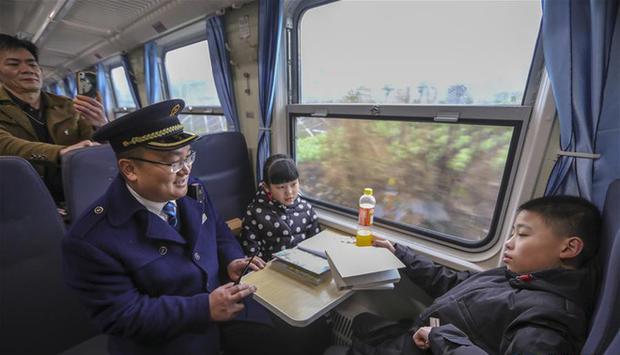 Trung Quốc: Trên chuyến tàu cuối cùng về quê ăn Tết, học sinh vẫn miệt mài làm bài tập Tết - Ảnh 4.
