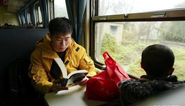 Trung Quốc: Trên chuyến tàu cuối cùng về quê ăn Tết, học sinh vẫn miệt mài làm bài tập Tết - Ảnh 2.