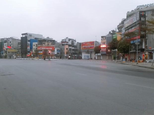Hình ảnh so sánh trước và sau cho thấy đường phố Hà Nội khác biệt đến lạ thường khi bước sang ngày đầu năm mới - Ảnh 8.