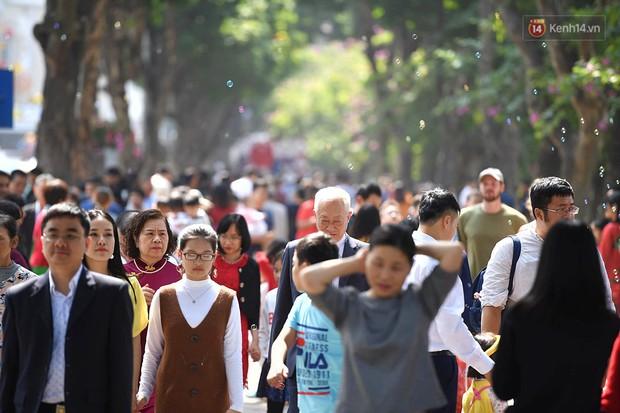 Nắng đẹp sáng mồng 1, hàng vạn người dân đổ lên Hồ Gươm khiến đâu đâu cũng đông đúc - Ảnh 2.