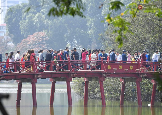Nắng đẹp sáng mồng 1, hàng vạn người dân đổ lên Hồ Gươm khiến đâu đâu cũng đông đúc - Ảnh 4.