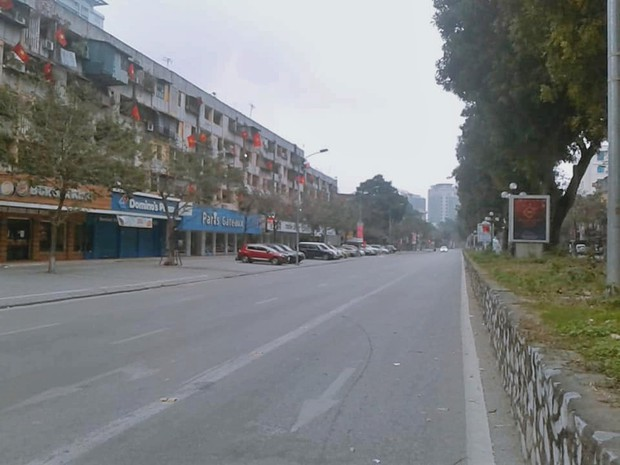 Hình ảnh so sánh trước và sau cho thấy đường phố Hà Nội khác biệt đến lạ thường khi bước sang ngày đầu năm mới - Ảnh 6.