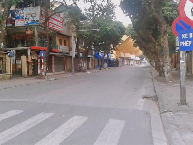 Hình ảnh so sánh trước và sau cho thấy đường phố Hà Nội khác biệt đến lạ thường khi bước sang ngày đầu năm mới - Ảnh 4.