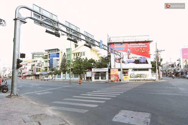 Chùm ảnh: Có một Sài Gòn vắng vẻ và bình yên sáng mùng 1 Tết - Ảnh 11.