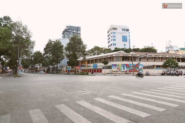 Chùm ảnh: Có một Sài Gòn vắng vẻ và bình yên sáng mùng 1 Tết - Ảnh 5.