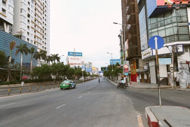 Chùm ảnh: Có một Sài Gòn vắng vẻ và bình yên sáng mùng 1 Tết - Ảnh 8.