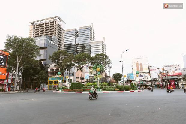 Chùm ảnh: Có một Sài Gòn vắng vẻ và bình yên sáng mùng 1 Tết - Ảnh 2.