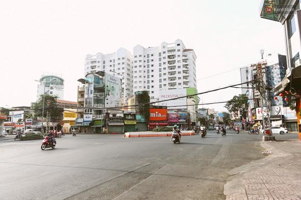 Chùm ảnh: Có một Sài Gòn vắng vẻ và bình yên sáng mùng 1 Tết - Ảnh 6.