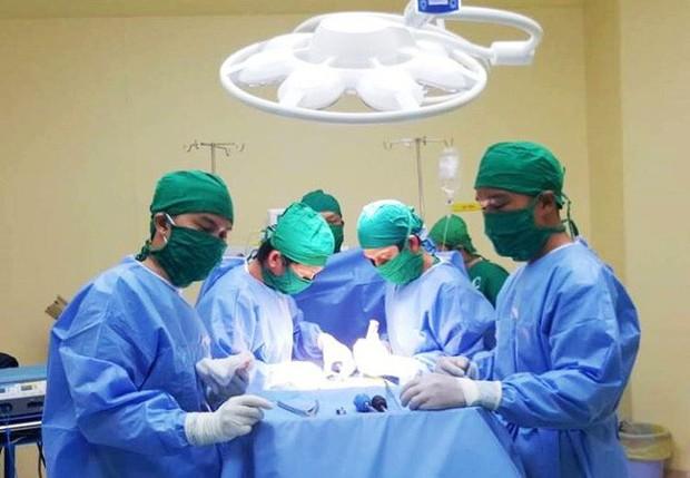 Chuyện cảm động đêm giao thừa: Người phụ nữ mang thai nguy kịch không có tiền mổ, bác sĩ cứu trước tính sau - Ảnh 2.