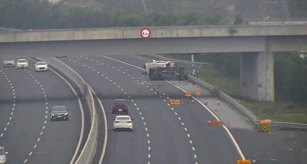 2 ô tô lật nghiêng trên cao tốc Hà Nội-Hải Phòng, 5 người bị thương - Ảnh 1.