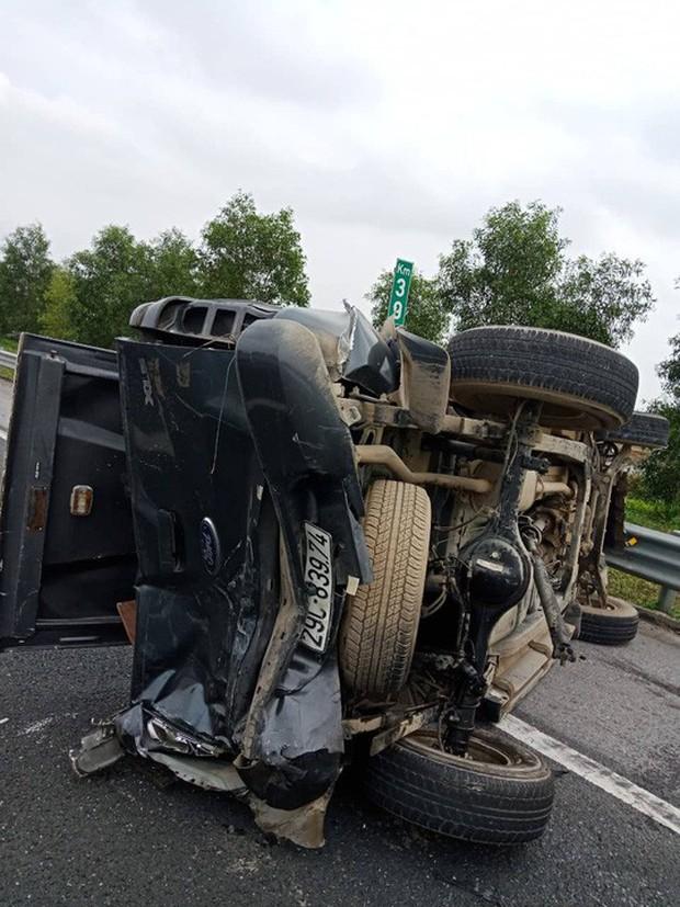 2 ô tô lật nghiêng trên cao tốc Hà Nội-Hải Phòng, 5 người bị thương - Ảnh 2.