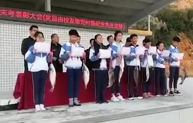 Trường học thưởng học sinh đạt thành tích cao cá sống để về ăn Tết  - Ảnh 1.