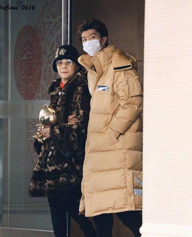 Đập tan tin đồn chia tay, Lý Thần cùng mẹ vợ tương lai ra tận sân bay đón em trai Phạm Băng Băng về ăn Tết - Ảnh 2.