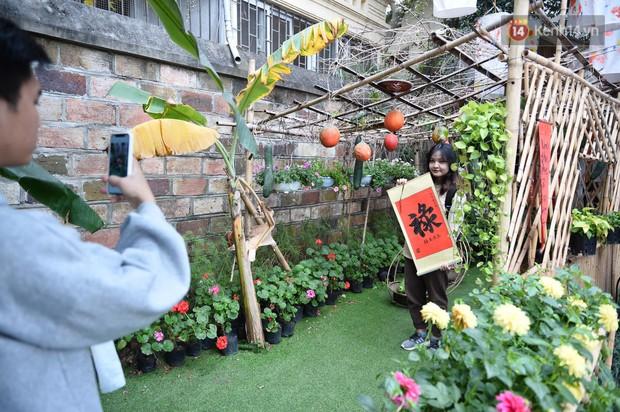 Du khách nườm nượp đổ về các khu vui chơi ở Hà Nội để xin chữ và chụp ảnh dịp Têt Kỷ Hợi 2019 - Ảnh 8.