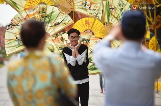 Du khách nườm nượp đổ về các khu vui chơi ở Hà Nội để xin chữ và chụp ảnh dịp Têt Kỷ Hợi 2019 - Ảnh 15.