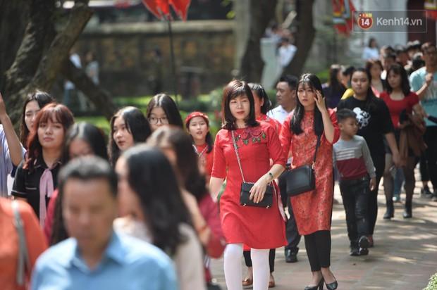 Du khách nườm nượp đổ về các khu vui chơi ở Hà Nội để xin chữ và chụp ảnh dịp Têt Kỷ Hợi 2019 - Ảnh 2.