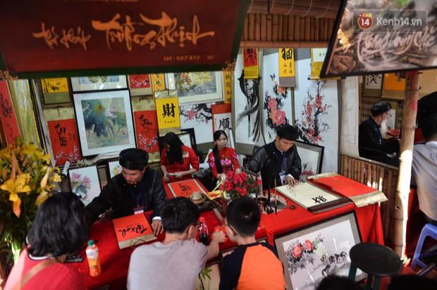 Du khách nườm nượp đổ về các khu vui chơi ở Hà Nội để xin chữ và chụp ảnh dịp Têt Kỷ Hợi 2019 - Ảnh 6.